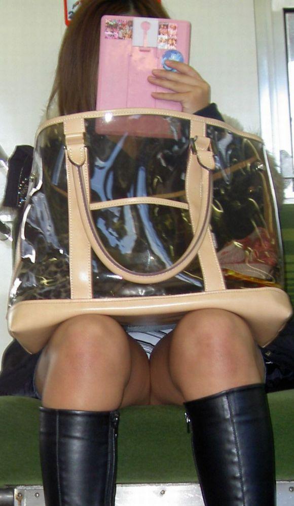 【電車パンチラエロ画像】向かいの席の女性のスカートの中が見えるように背をかがんでしまうのはオレだけか? 04