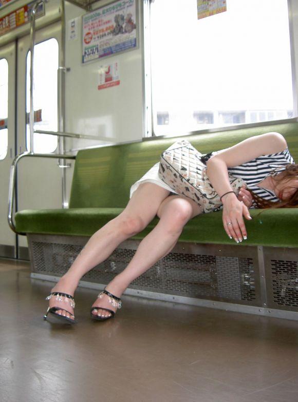 【電車パンチラエロ画像】向かいの席の女性のスカートの中が見えるように背をかがんでしまうのはオレだけか? 08