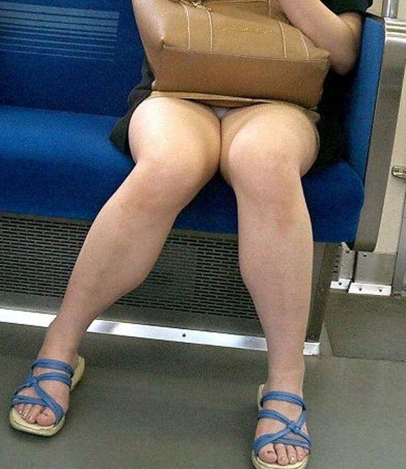 【電車パンチラエロ画像】向かいの席の女性のスカートの中が見えるように背をかがんでしまうのはオレだけか? 11