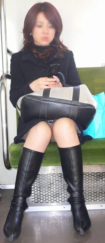 【電車パンチラエロ画像】向かいの席の女性のスカートの中が見えるように背をかがんでしまうのはオレだけか? 13