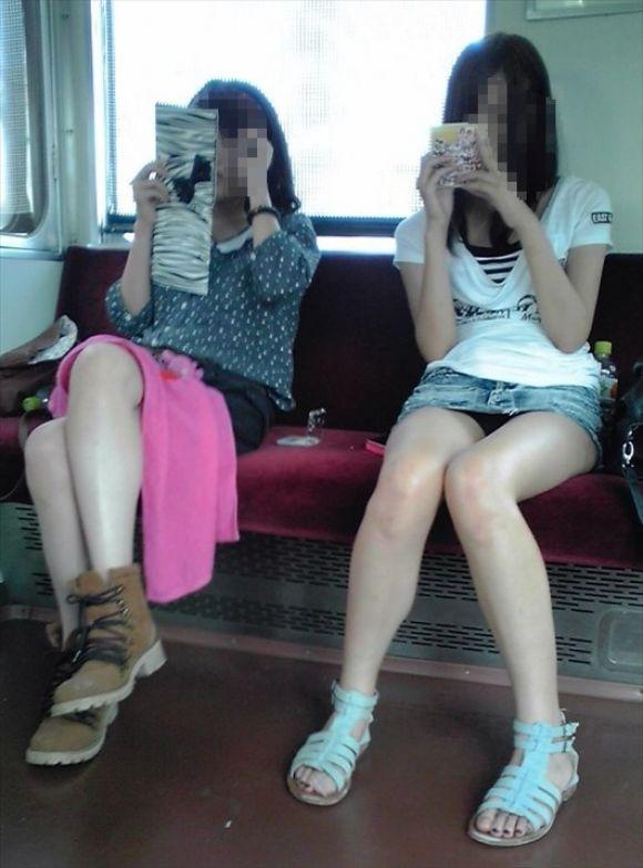 【電車パンチラエロ画像】向かいの席の女性のスカートの中が見えるように背をかがんでしまうのはオレだけか? 15