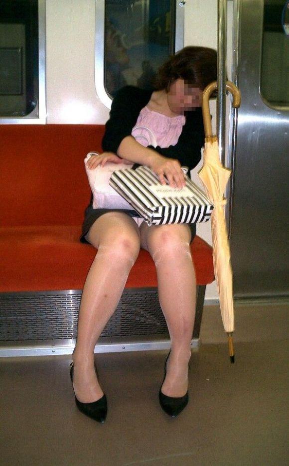 【電車パンチラエロ画像】向かいの席の女性のスカートの中が見えるように背をかがんでしまうのはオレだけか? 16