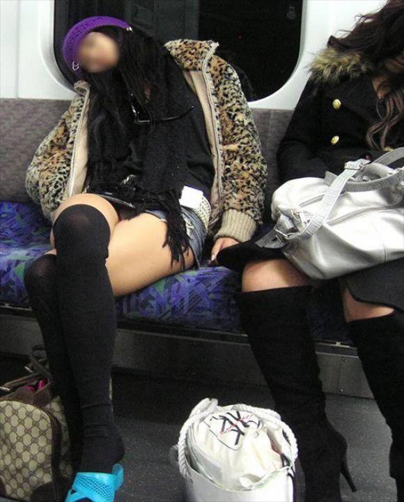 【電車パンチラエロ画像】向かいの席の女性のスカートの中が見えるように背をかがんでしまうのはオレだけか? 17