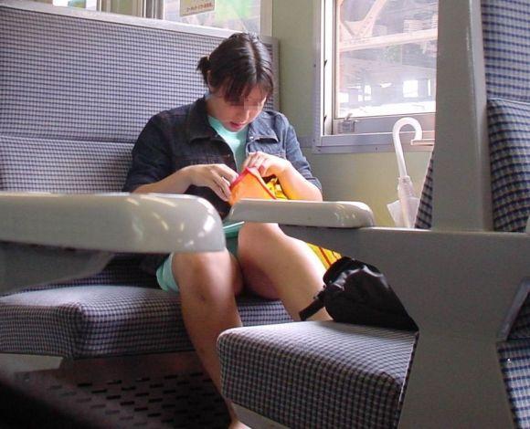 【電車パンチラエロ画像】向かいの席の女性のスカートの中が見えるように背をかがんでしまうのはオレだけか? 19