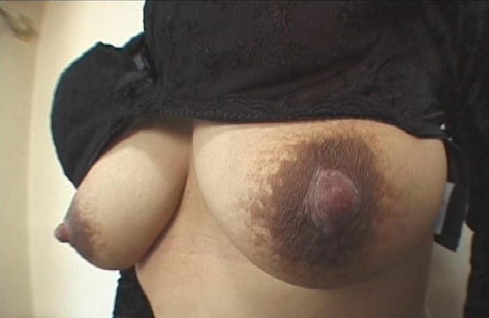 【黒乳首乳輪エロ画像】黒い乳首や乳輪見るとなぜいつもより興奮するんでしょうね 04