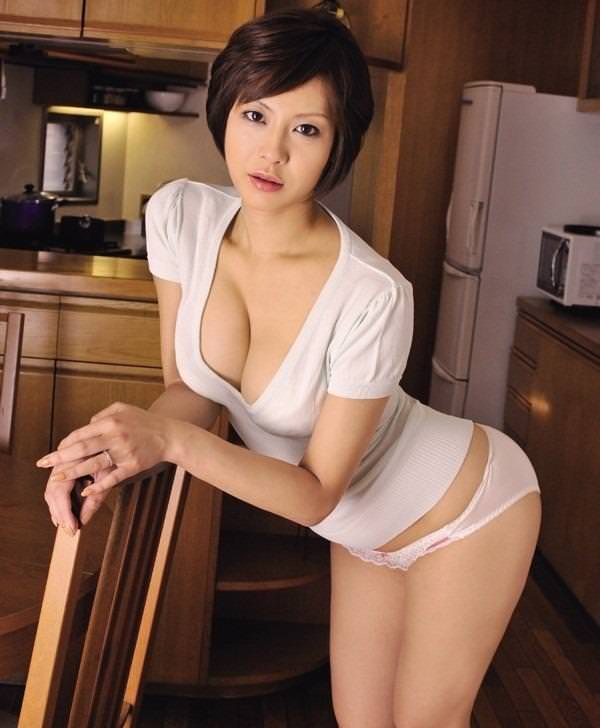 【美人人妻エロ画像】美しい人妻・・・実はカラダは男を欲しているアソコは疼いているかも? 09