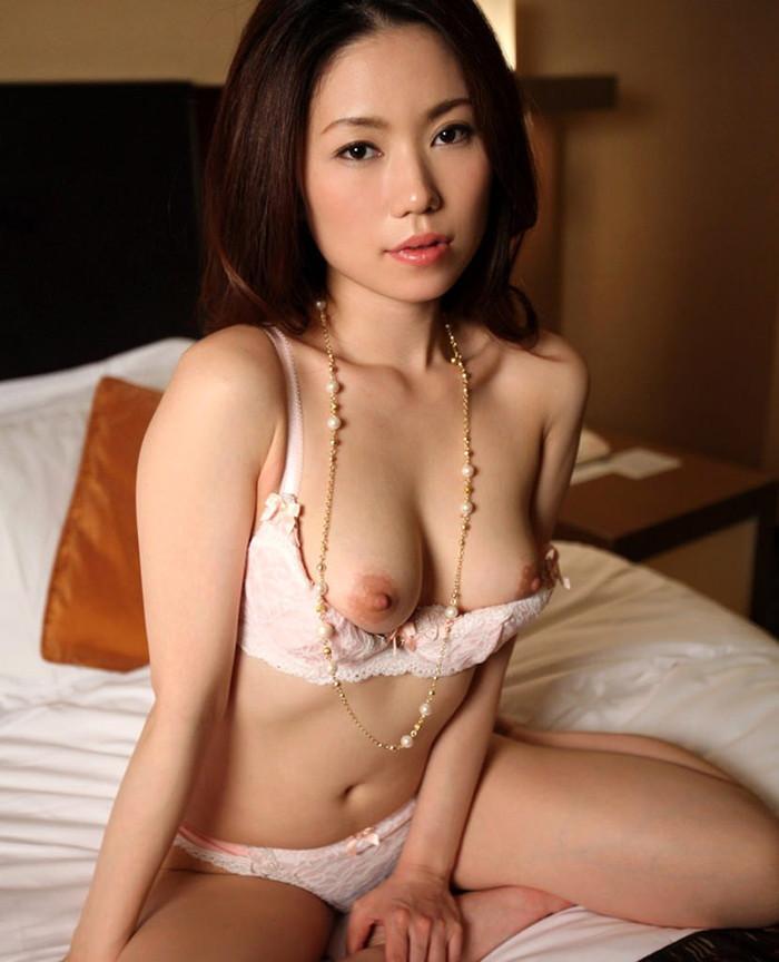 【美人人妻エロ画像】美しい人妻・・・実はカラダは男を欲しているアソコは疼いているかも? 25