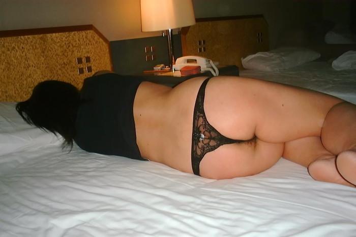 【熟女食い込みエロ画像】熟女の垂れた巨尻に思い切り食い込むエロ下着 13