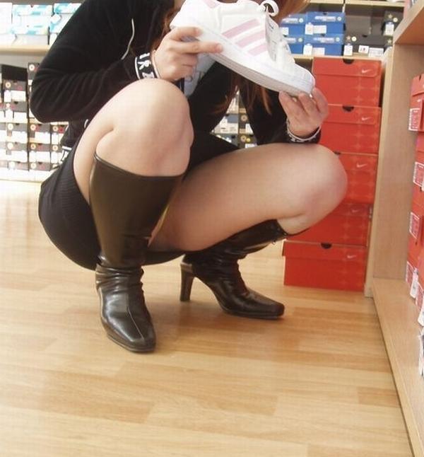 【パンチラエロ画像】見逃すな!女性がしゃがんだり座ったるするときには注目して見よう! 01