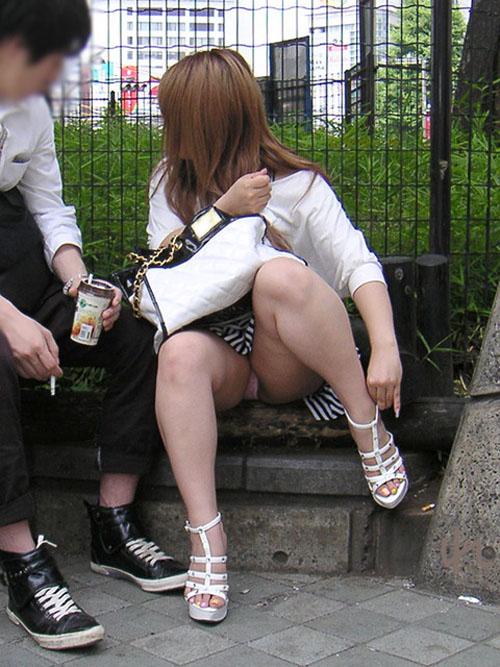 【パンチラエロ画像】見逃すな!女性がしゃがんだり座ったるするときには注目して見よう! 02