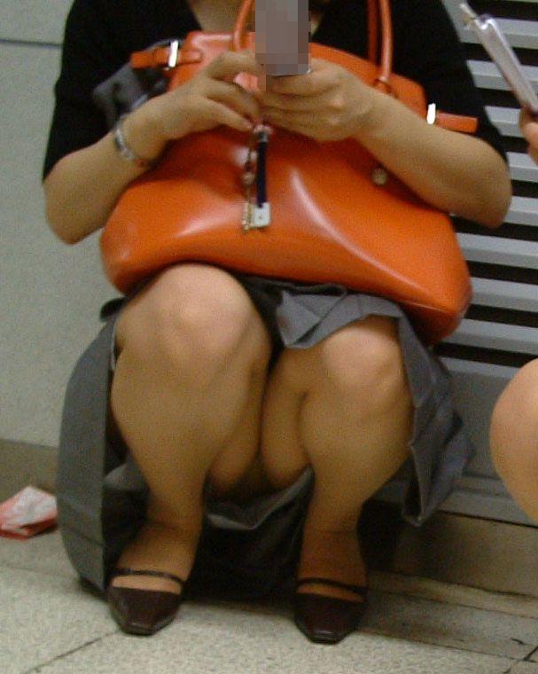 【パンチラエロ画像】見逃すな!女性がしゃがんだり座ったるするときには注目して見よう! 08