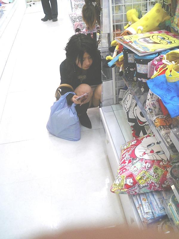 【パンチラエロ画像】見逃すな!女性がしゃがんだり座ったるするときには注目して見よう! 11