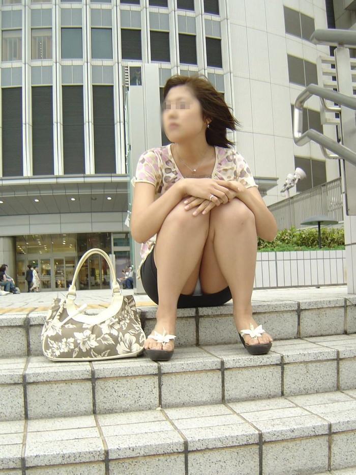 【パンチラエロ画像】見逃すな!女性がしゃがんだり座ったるするときには注目して見よう! 15