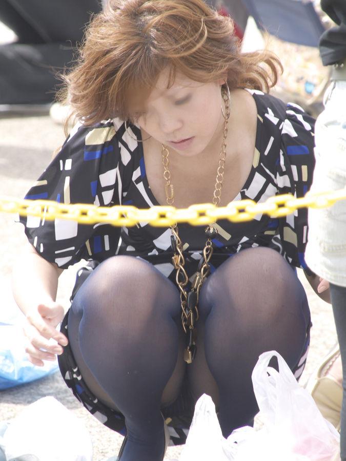 【パンチラエロ画像】見逃すな!女性がしゃがんだり座ったるするときには注目して見よう! 18