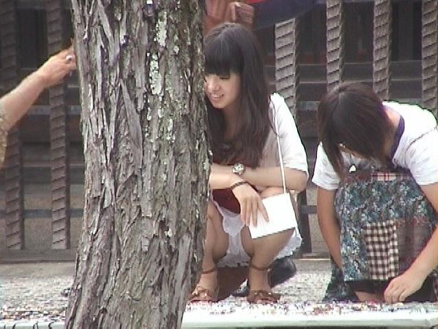 【パンチラエロ画像】見逃すな!女性がしゃがんだり座ったるするときには注目して見よう! 20