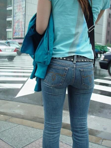 【デニムエロ画像】女性の身体の線がバッチリ見えるし、大きい尻ならなおさら良い! 03