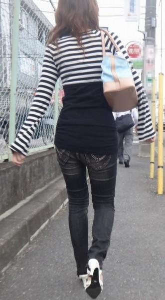 【デニムエロ画像】女性の身体の線がバッチリ見えるし、大きい尻ならなおさら良い! 06