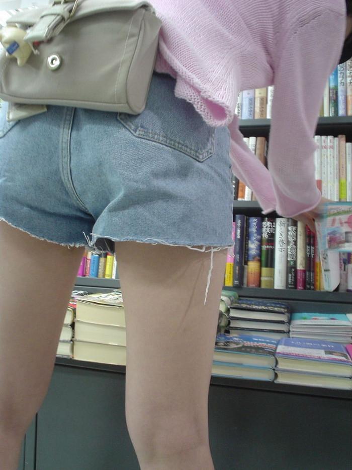 【デニムエロ画像】女性の身体の線がバッチリ見えるし、大きい尻ならなおさら良い! 13
