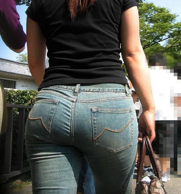 【デニムエロ画像】女性の身体の線がバッチリ見えるし、大きい尻ならなおさら良い! 24