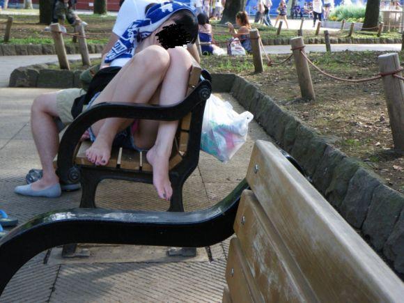 【短パンエロ画像】女の子が穿いている短パンからチラチラ見え隠れする下着がエロい! 05