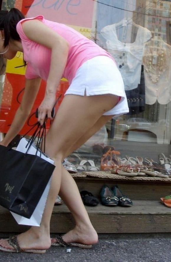 【短パンエロ画像】女の子が穿いている短パンからチラチラ見え隠れする下着がエロい! 06