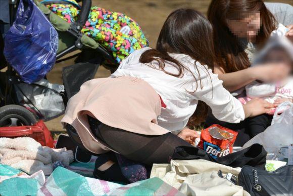 【短パンエロ画像】女の子が穿いている短パンからチラチラ見え隠れする下着がエロい! 09