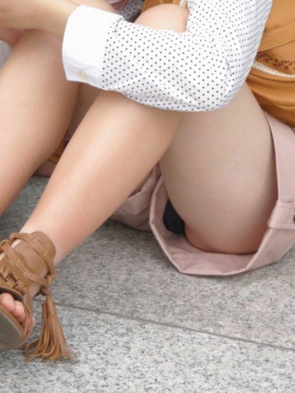 【短パンエロ画像】女の子が穿いている短パンからチラチラ見え隠れする下着がエロい! 11