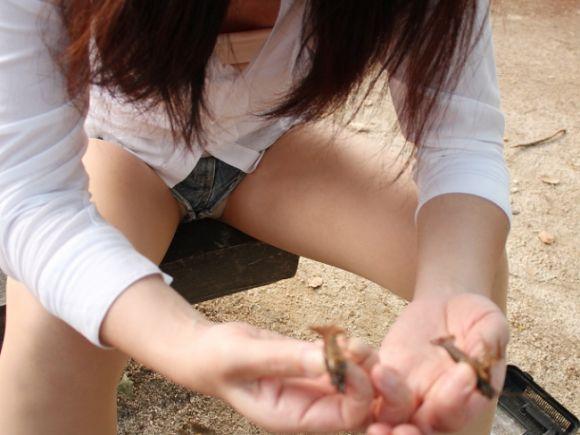 【短パンエロ画像】女の子が穿いている短パンからチラチラ見え隠れする下着がエロい! 23