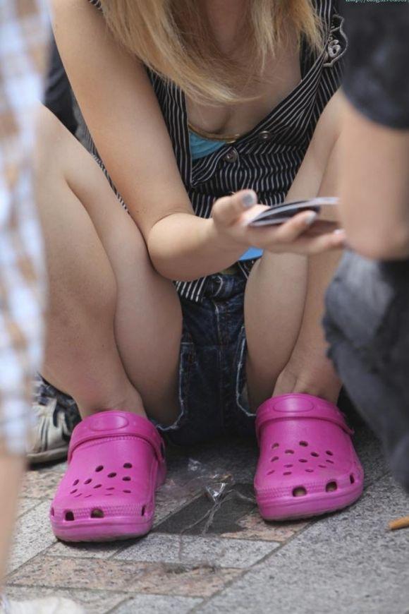 【短パンエロ画像】女の子が穿いている短パンからチラチラ見え隠れする下着がエロい! 25