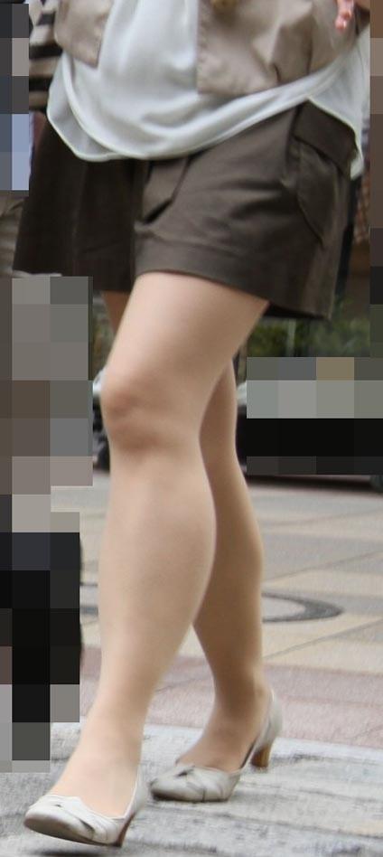【熟女ミニスカエロ画像】いい年してあんなに短いスカート穿いて!誰を誘うのか? 04
