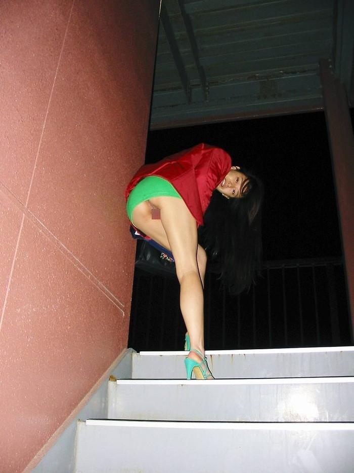 【熟女ミニスカエロ画像】いい年してあんなに短いスカート穿いて!誰を誘うのか? 06