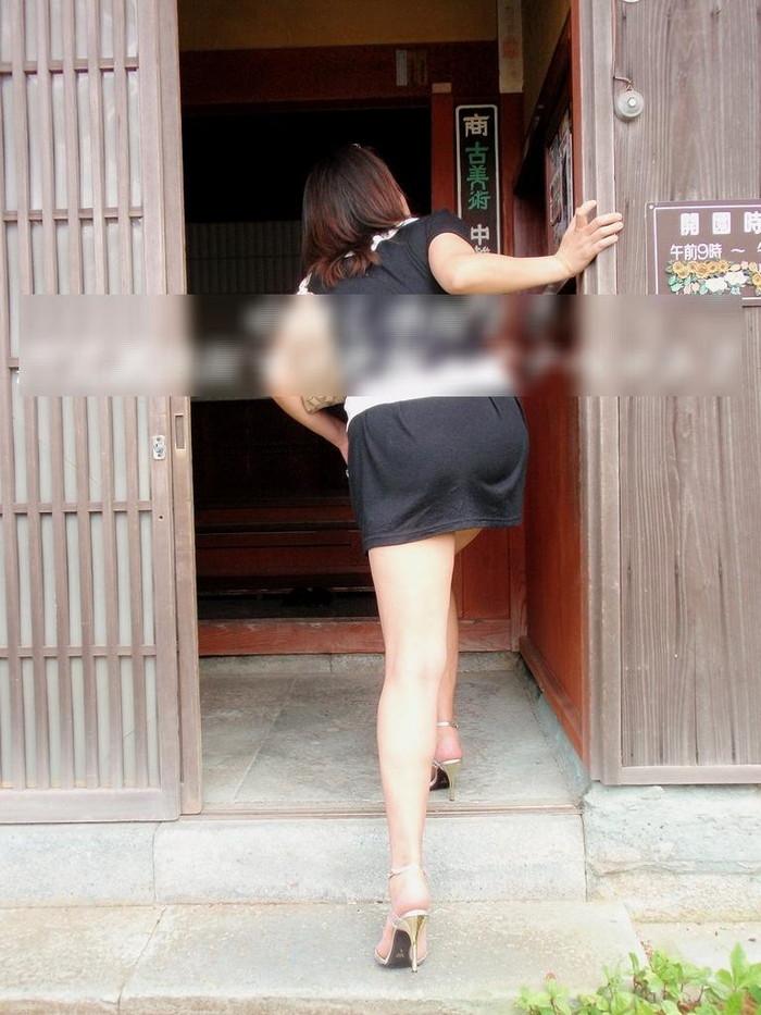 【熟女ミニスカエロ画像】いい年してあんなに短いスカート穿いて!誰を誘うのか? 08