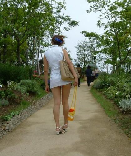 【熟女ミニスカエロ画像】いい年してあんなに短いスカート穿いて!誰を誘うのか? 24
