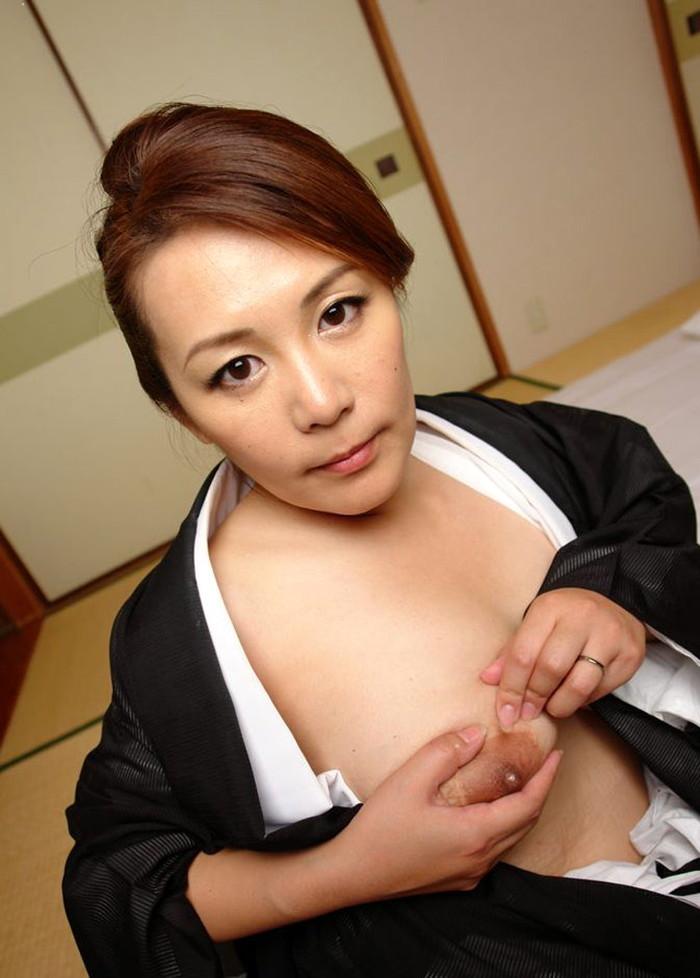 【熟女垂れ乳エロ画像】乳輪も乳首もテカって垂れている乳房は、エロくて最高! 01