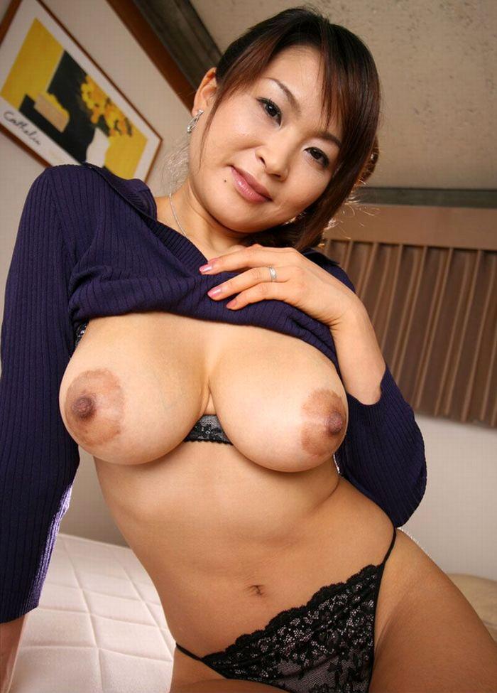 【熟女垂れ乳エロ画像】乳輪も乳首もテカって垂れている乳房は、エロくて最高! 03