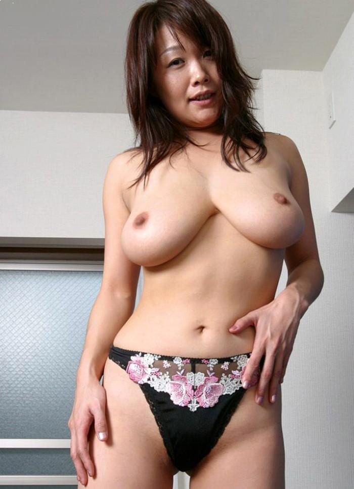 【熟女垂れ乳エロ画像】乳輪も乳首もテカって垂れている乳房は、エロくて最高! 05