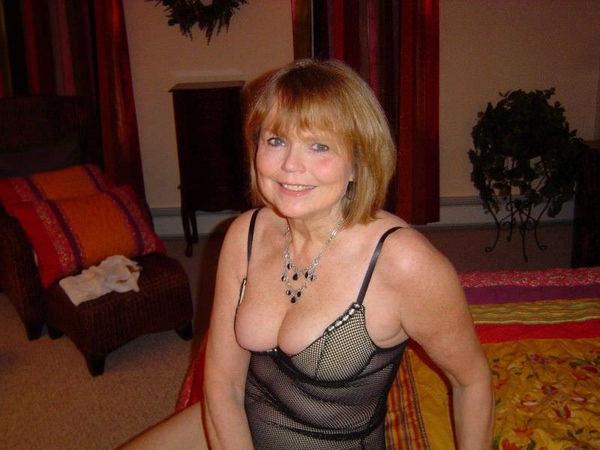 【外人熟女エロ画像】外人ならではのボリューミーのある胸やケツはたまらんですよw 07