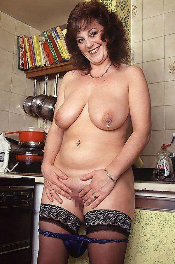 【外人熟女エロ画像】外人ならではのボリューミーのある胸やケツはたまらんですよw 15