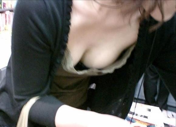 【胸チラエロ画像】おっぱいがもっと見えるように、つい背伸びしてしまうよw