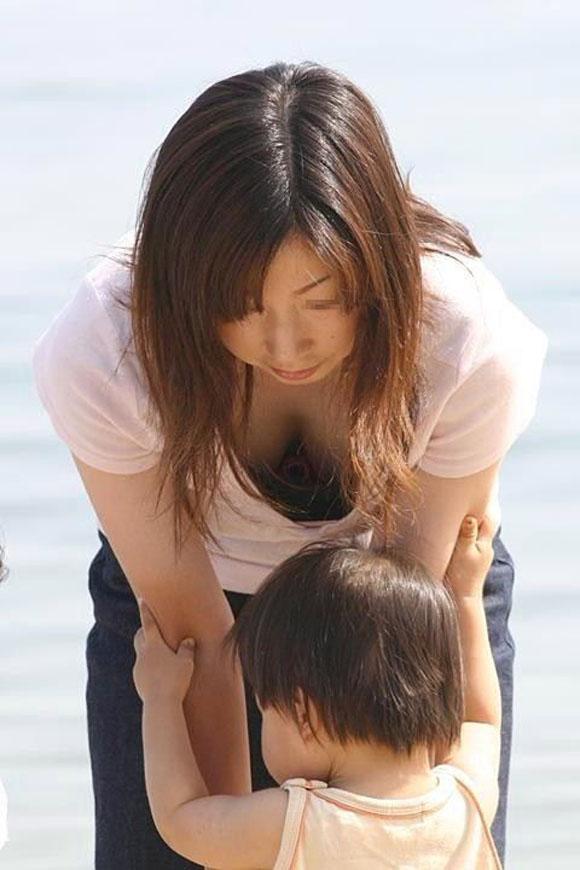 【子連れ主婦エロ画像】子連れの若妻たちは、自らのエロい格好に気づかないのか? 01