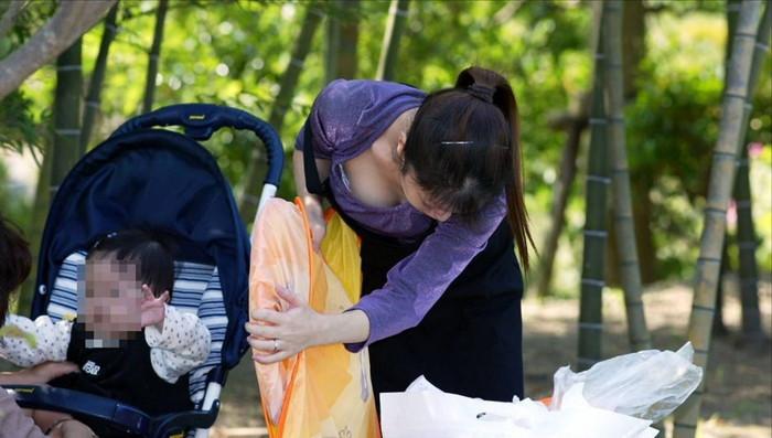 【子連れ主婦エロ画像】子連れの若妻たちは、自らのエロい格好に気づかないのか? 25
