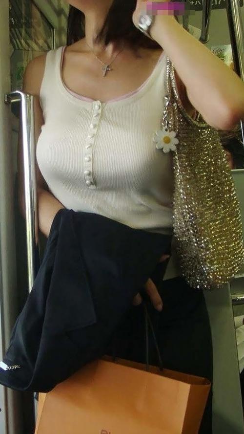 【巨乳エロ画像】服の上からでもすぐにわかるほどの巨乳ちゃんとヤリたい気分です 07