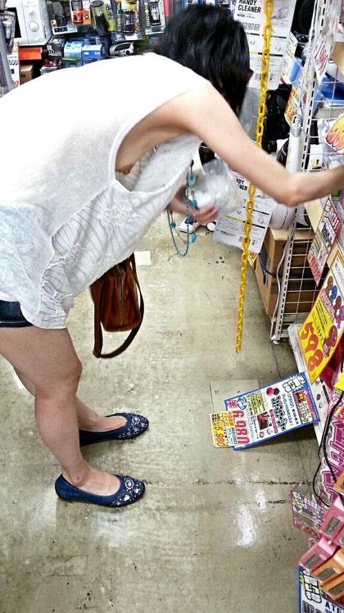 【ハミ乳エロ画像】あまりにデカいおっぱいだから、人目もはばからずはみ出しちゃう! 24