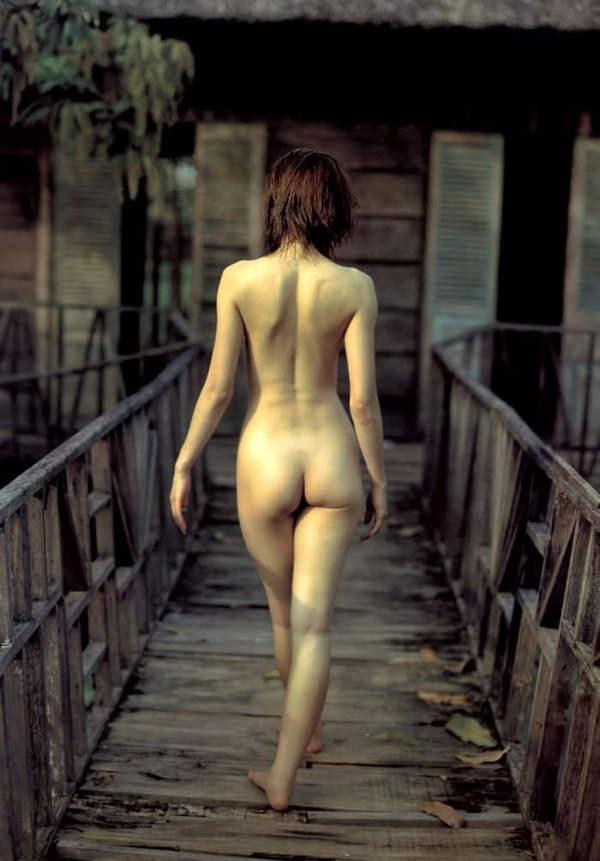 【後ろ姿エロ画像】裸の女性の後姿こそ美しくエロいものはない! 05