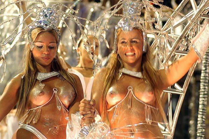 【ブラジル女性エロ画像】リオカーニバルでおっぱい丸出しで踊り狂うセクシーな女性たち