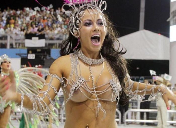 【ブラジル女性エロ画像】リオカーニバルでおっぱい丸出しで踊り狂うセクシーな女性たち 01