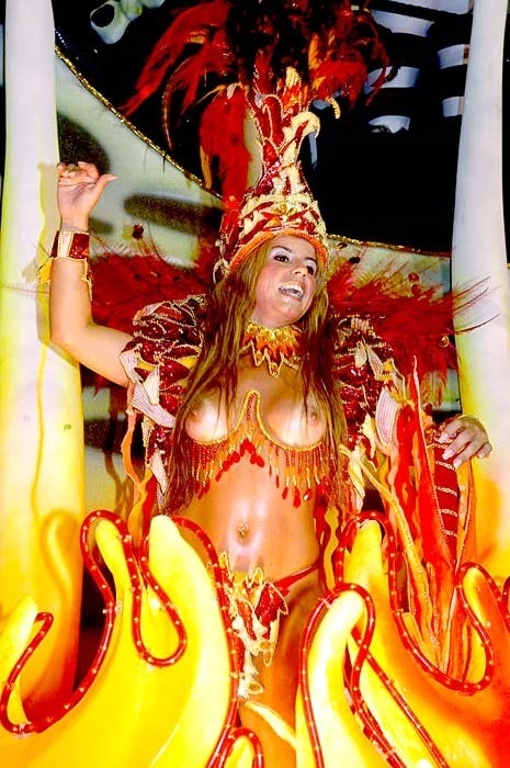 【ブラジル女性エロ画像】リオカーニバルでおっぱい丸出しで踊り狂うセクシーな女性たち 03