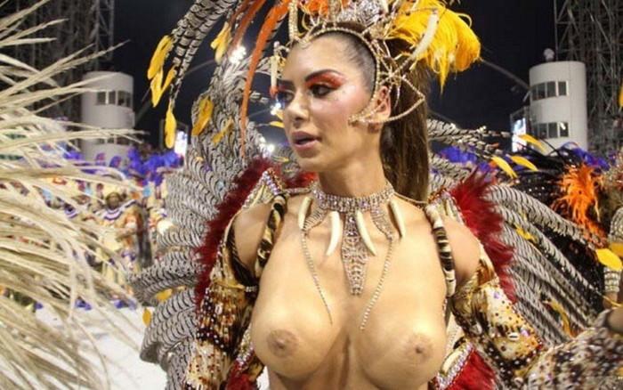 【ブラジル女性エロ画像】リオカーニバルでおっぱい丸出しで踊り狂うセクシーな女性たち 08