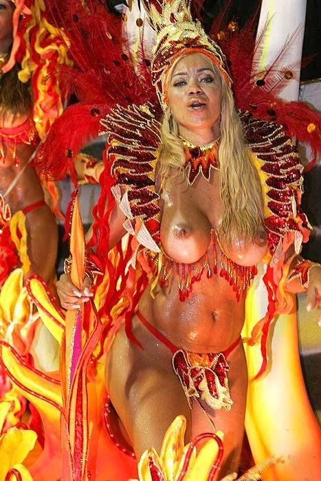 【ブラジル女性エロ画像】リオカーニバルでおっぱい丸出しで踊り狂うセクシーな女性たち 09