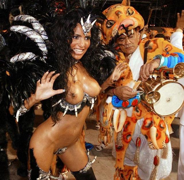 【ブラジル女性エロ画像】リオカーニバルでおっぱい丸出しで踊り狂うセクシーな女性たち 10